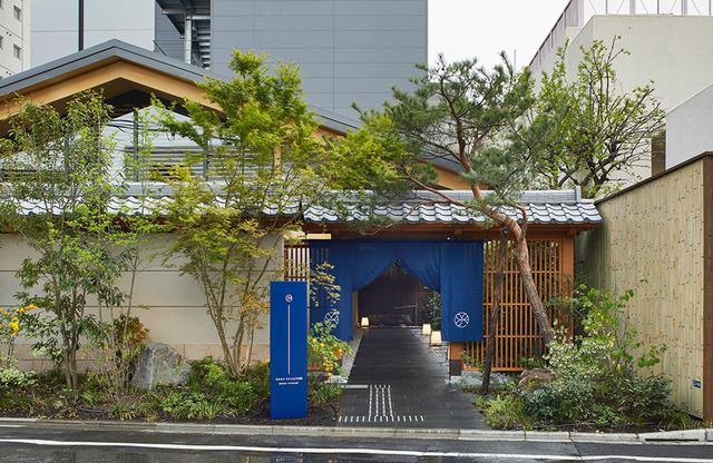 画像: 新宿の静かなエリアに和風の門。まだ新しい旅館なので知らない人も多く、外観を見て足を止める人もいる