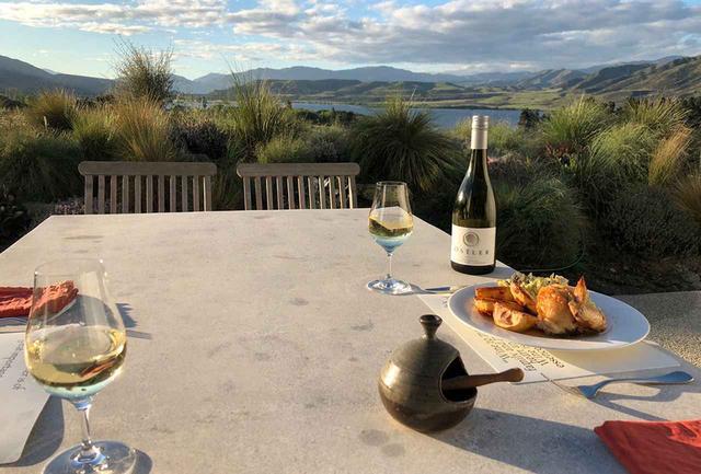 画像: ジェラム氏の家から望む風景。ニュージーランドらしいのびやかな自然の息吹が感じられる COURTESY OF OSTLER VINEYARDS