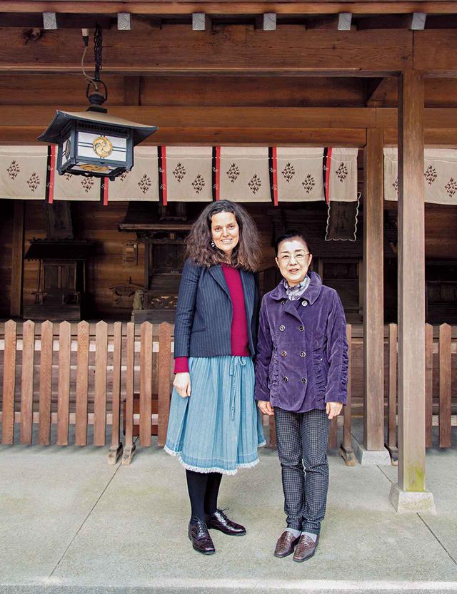 画像: ヴィクトワールと宮司夫人。藪原神社は飛鳥時代に創建された。後ろに見えるのが「八品社」