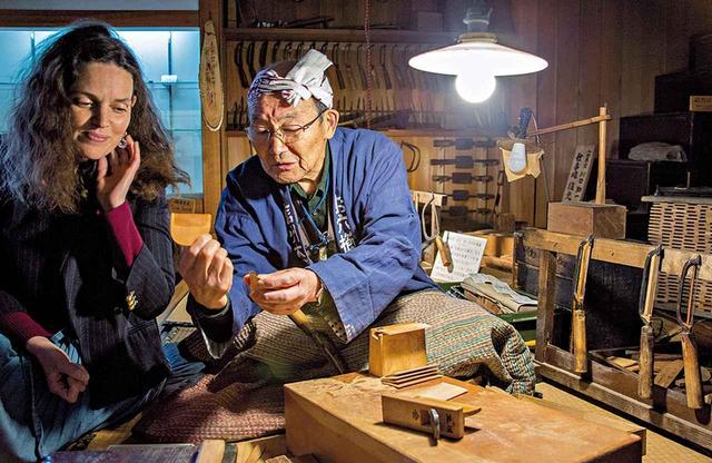 画像: 「木祖村郷土館」でヴィクトワールに伝統的な「手挽き櫛」作りを見せてくれた、お六櫛組合の組合長、北川聰さん
