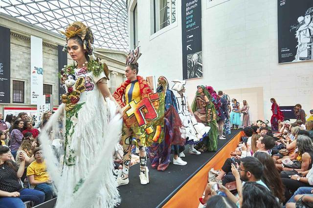 画像: 大英博物館のグレイトコートで開かれたイベント「Late -Manga:Colour and Style」でのファッションショー Ⓒ 2019 CLIVE ARROWSMITH