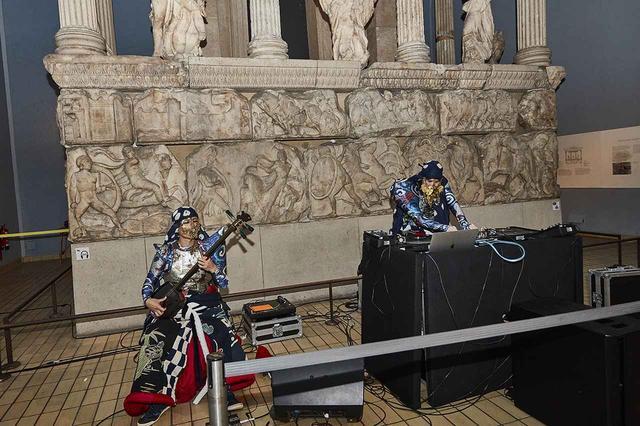 画像: 山本寛斎がデザインした姫路レザーの衣装を身にまとったロンドン在住のDJ Takakiと津軽三味線奏者、一川響 Ⓒ 2019 CLIVE ARROWSMITH