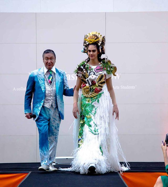 画像: 山本寛斎と、寛斎デザインの衣装を着たモデル Ⓒ AMBER MUIR 2019