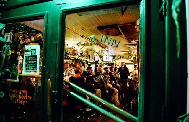 画像: Ear Innの専属ジャズバンドが演奏する、日曜日夜のレギュラーイベント「Ear Regulars」。これを目当てに大勢の客が集まる