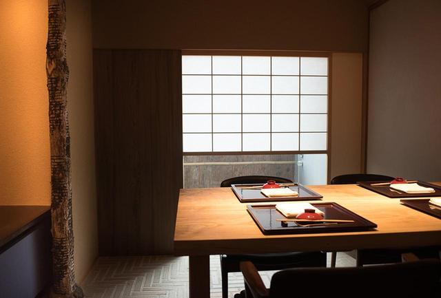 画像: 個室は漆職人が漆を掻いた跡がアート作品のような漆の木を柱に。奥行きのある陰影を感じさせる漆喰壁。インテリア好きは必見の空間だ