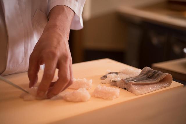 画像: 「鱧はあっさりしていると言われますが、脂分も多く、力強い魚です」。熟練の包丁さばきは見ていてほれぼれ