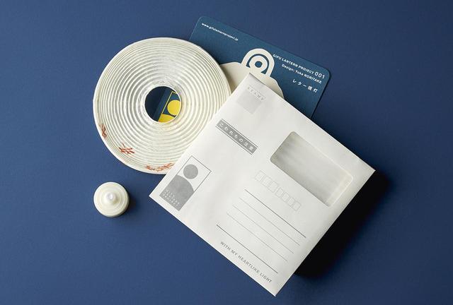 画像: 専用の封筒、またメッセージカードになる取扱説明書などがセットに