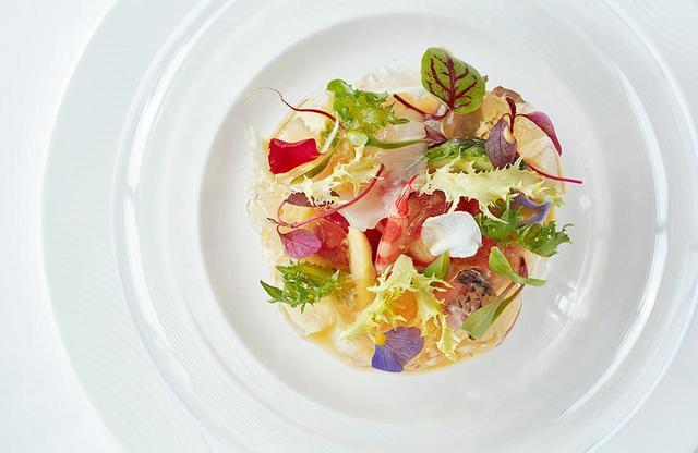 画像: 志摩観光ホテルのフレンチレストラン「ラ・メール」の「海の幸サラダ仕立て 甲殻類のジュレとともに」。サラダをおいしく食べさせるのは、爽やかな柑橘の酸味