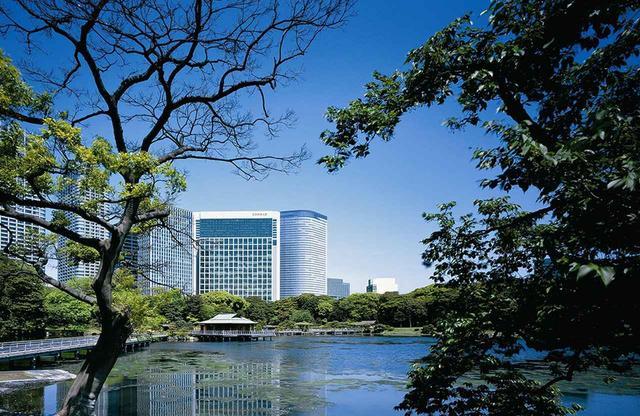 画像: 隣接する浜離宮恩賜庭園の水場から見たコンラッド東京。まるでホテルの庭の様に公園風景は心を癒してくれる
