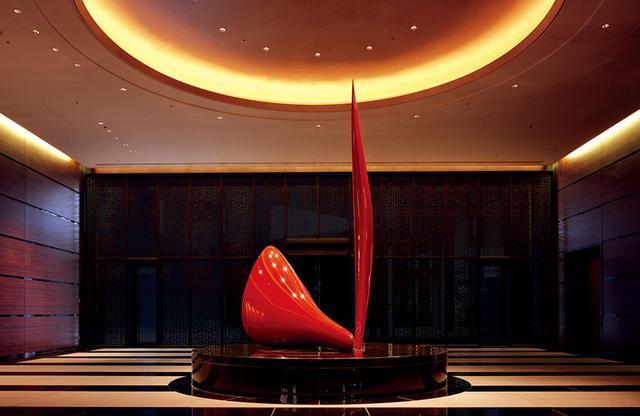 画像: エントランスロビーを飾るアートワークは田中信行氏の「Purification」(浄化)。美術館のようなホテルストーリーは、この赤と黒の印象的な作品に始まる