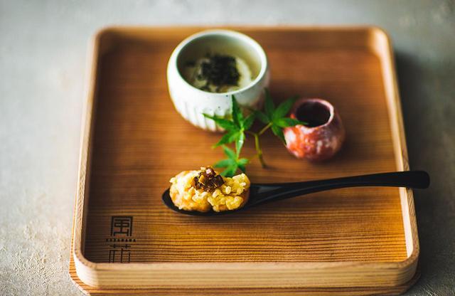 """画像: 日本料理「風花」会席メニューの""""お凌ぎ""""として提供される""""雲丹かけ御飯'""""絶品 PHOTOGRAPHS: COURTESY OF CONRAD TOKYO"""