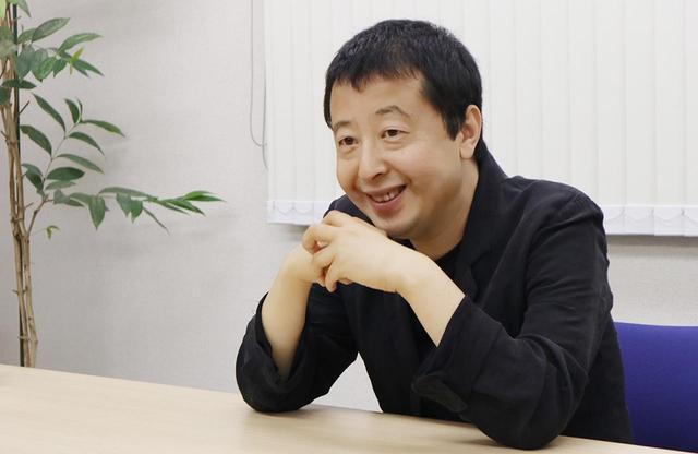 画像: ジャ・ジャンクー(賈 樟柯) 1970年、中国・山西省生まれ。18歳で山西省の芸術大学に入り、油絵を専攻しながら小説を書き始める。その後、北京電影学院に入学。卒業制作の『一瞬の夢』(1997年)でセンセーショナルな国際デビューを飾り、第二作『プラットホーム』(2000年)がヴェネチア国際映画祭で受賞。『青の稲妻』('02)、『世界』('04)、『長江哀歌』('06)、『四川のうた』('08)、『罪の手ざわり』('13)、『山河ノスタルジア』('15)と国際映画祭で受賞を続ける中国のトップ監督 © BITTERS END