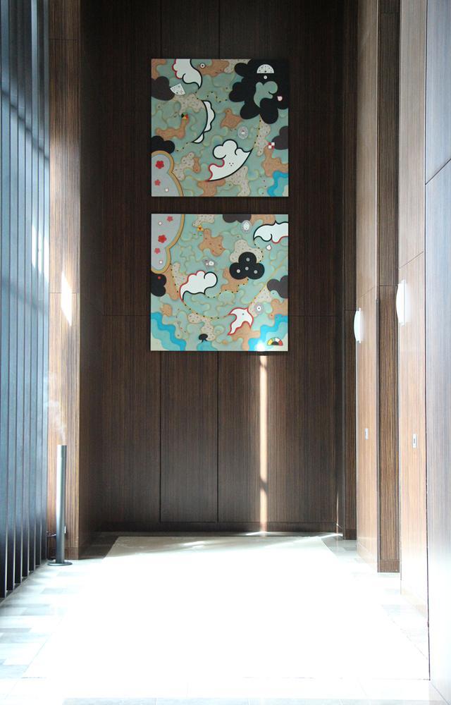 画像: 28階のエレベーターホールにある、浜離宮をモチーフに描かれたアルミ製のアートワーク。「水と歴史」をイメージした越前谷嘉高氏の作品で、黒松、梅の花、千鳥と水の世界を描いている