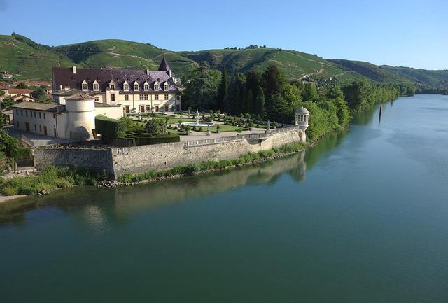 """画像: 風格あるドメーヌ。現在、「ギガル」は世界150か国に輸出。1989年には権威あるワイン専門誌『ワインスペクテイター』においても「ギガル」のシャトー ヌフ・デュ・パプが""""世界のトップワイン""""でNo.1に選ばれた COURTESY OF GUIGAL"""
