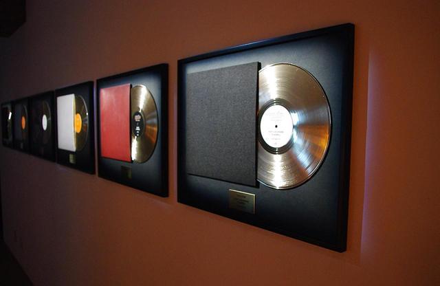 画像: 「カシミヤ」や「シープレザー」で作られたレコードジャケット PHOTOGRAPH BY SAYAKO SAKAMOTO