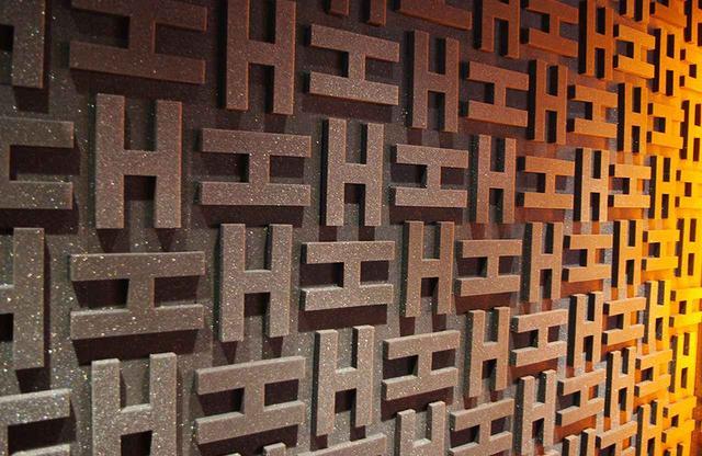 画像: 「H」ロゴを模った防音壁。エルメスならではのエスプリは、細部へのこだわりからも感じられる PHOTOGRAPH BY SAYAKO SAKAMOTO