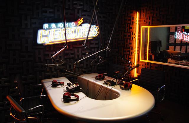 画像: 「ポップアップ・ラジオステーション」には本格的なスタジオが設置され、毎日公開生放送がおこなわれる PHOTOGRAPH BY SAYAKO SAKAMOTO