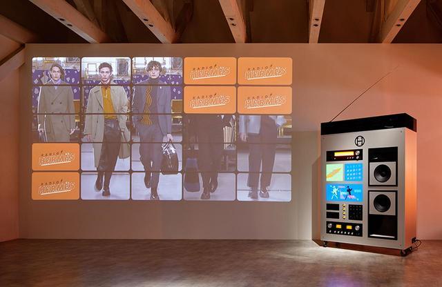 画像: 「ポップアップ・ラジオステーション」では、会場内に流れるオンエア中の番組を聴きながら、映像や実物のアイテムとともに、エルメスの2019年秋冬メンズコレクションの世界を体感できる