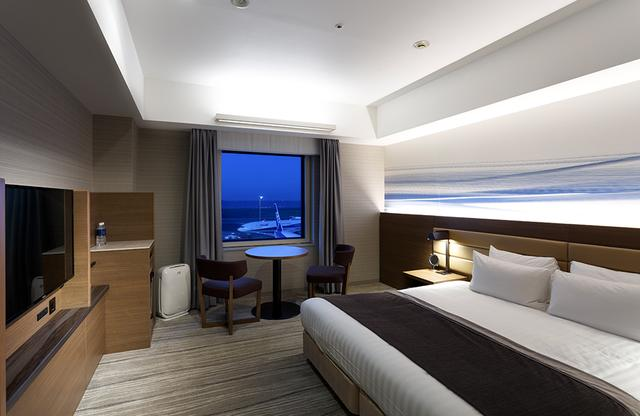 画像: 「デラックス ダブルルーム」 4階、5階に位置するエアポートビューの客室からは、間近に滑走路が見え、離着陸する飛行機や東京湾の眺めが楽しめる