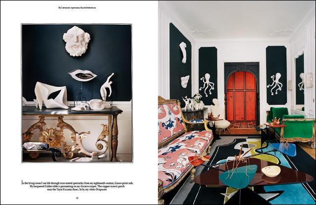 画像: 作品集『Vincent Darré Surreal Interiors of Paris』より。ダレの自宅のリビングルーム。18世紀のソファには自身がデザインした張り地を。ピカソの影響を感じるダレがデザインしたカーペットの上にはカルダーのテーブル。奥には草間彌生のアート作品も