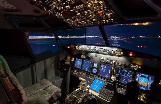 画像: 複雑な機械類が搭載されたコックピット部分。飛行機の操縦体験や、客室空間から羽田空港の空の風景を堪能できる宿泊プランなどが用意されており、パイロット気分を満喫できる