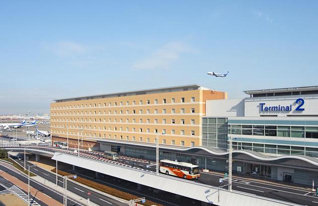 画像: 東京国際空港の第2ターミナルに隣接するホテルの全景。まさに窓からは空港や滑走路が見え、旅心をくすぐられる