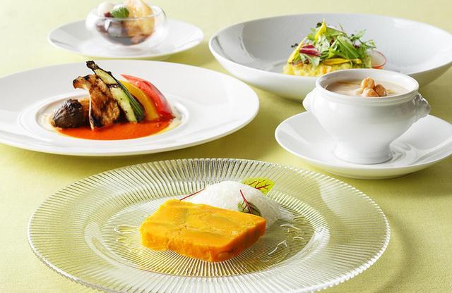 画像: 新しいコース料理「ベジタブルコース」。手前は好評の前菜のひとつ、「カボチャとマーマレードのテリーヌ」 PHOTOGRAPHS:COURTESY OF HANEDA EXCEL HOTEL TOKYU