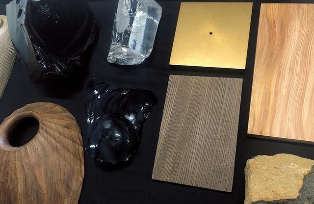 画像: 展示で用いられるトルソーと台のサンプル。トルソーには屋久杉、神代杉、神代欅などの銘木が使用される © N.M.R.L. / HIROSHI SUGIMOTO + TOMOYUKI SAKAKIDA