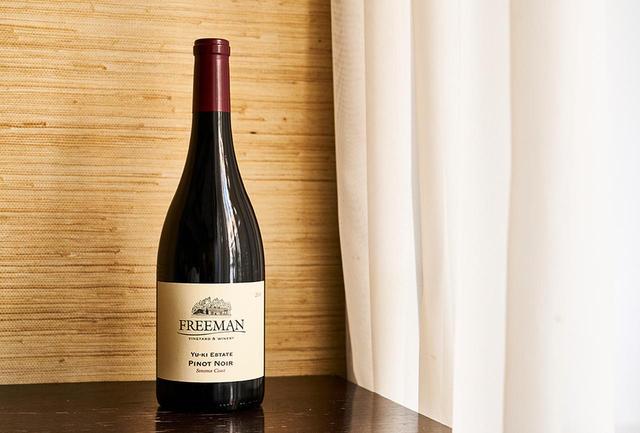 画像: 「フリーマン ユーキ・エステート ピノ・ノワール ソノマ・コースト2016」 <750ml> ¥10,500 チェリーやスパイスの香りとクールな酸味。タンニンはやわらかでシルキー、奥行きのある味わい。長期熟成の楽しみも。初リリースは2013年、今年で3度目のヴィンテージ