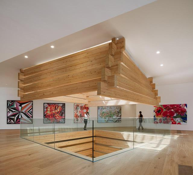 画像: 美術館の3階展示スペース。すべてのフロアがアトリウムで繋がれ、展示スペースには自然光が入る © NAARO