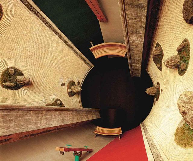 画像: 岡山県の奈義町現代美術館の常設インスタレーション太陽≪遍在の湯・奈義の龍安寺・建築する身体≫(1994年)は感覚に挑戦する円筒形の部屋