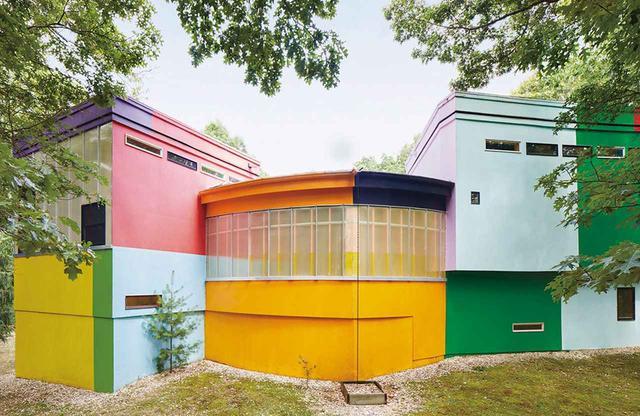 画像: 荒川修作&マドリン・ギンズの米国における唯一の住宅作品≪バイオス クリーブ・ハウス≫の裏手。窓は意図的に方向感覚を失わせる場所につくられている。常に居住者がいたわけではない