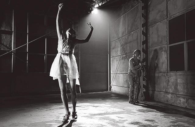 画像: <ライブ・パフォーマンス> 演出:クリスティアン・バスティアンス 出演:大野慶人、石橋静河、マルーシュカ・デートメルスほか PHOTOGRAPH BY NAOYA IKEGAMI