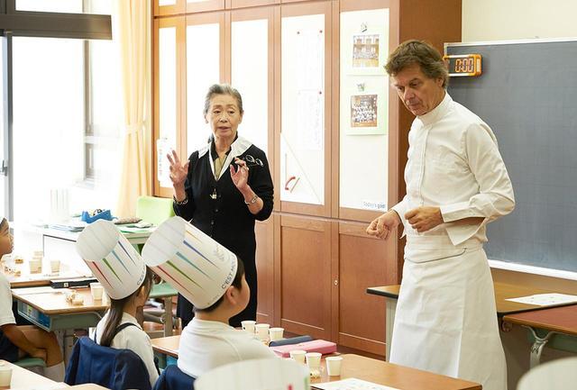 画像: 昨年の「味覚の授業」で明正小学校の3年生を担当したパリの二ツ星レストラン「ル・グラン・ヴェフール」のギィ・マルタンシェフ