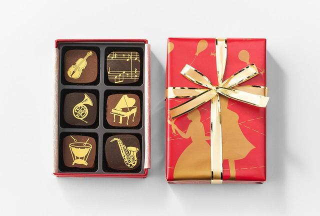 画像: (左上から時計回りに) 6個入りセットでは、バイオリン(ジャンドゥイア)、メロディー(ピスタチオ)、ピアノ(紅茶味)、サックス(カフェ)、ティンパニー(キャラメル)、ホルン(オレンジアロマ)の6種のチョコレートが楽しめます