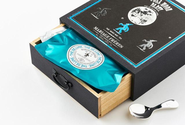 画像: 中には、4つの銘柄の茶葉(ルージュ プレーンヌ、プレーン ルヌ、テドルヌ、フルムーンパーティー <各20g>)と茶さじが入っている