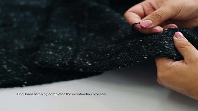 画像: ハンドステッチを加え、オユーナのニット製品は完成する PHOTOGRAPHS: COURTESY OF OYUNA