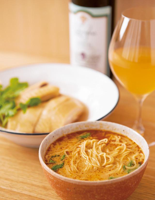 画像: おまかせコースの定番、上湯仕立ての「担々麺」と「伊達鶏の紹興酒漬け」(おまかせ ¥8,000〜)。日替わり料理も。ジョージア産の皮ごと搾ったうま味の濃い白ワインと好相性。グラスワイン ¥1,000〜。稀少な紹興酒もあり