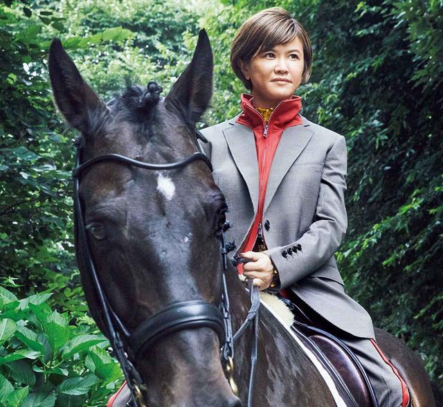 画像: 二度のオリンピック出場経験を持ち、日本の馬術界をリードしてきた北井さん。ファッションにも関心が高く、スポーティなジャージがアタッチされたバーバリーのジャケットを颯爽と着こなしてくれた ジャケット¥220,000、中に着たゴールドのトップス¥220,000、パンツ¥110,000(すべて予定価格) バーバリー・ジャパン(バーバリー) TEL. 0066(33)812819