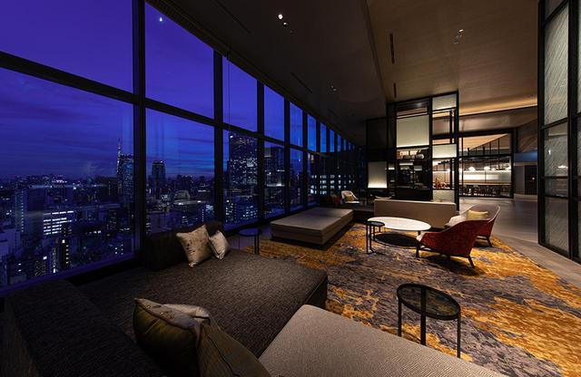 画像: 18階に位置するロビーの昼と夜。印象がすっかり変わる2つのパノラミックな情景はとてもダイナミック。品川、六本木、汐留、東京タワーなどの景色が、昼も夜も楽しめる。THE BLOSSOMブランドは、ホテルの建つ土地の歴史や文化を反映したデザインが施されている