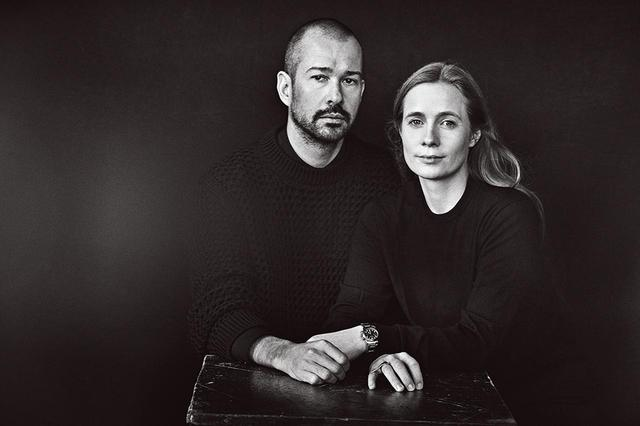画像: ルーシー・メイヤー(右)はスイス出身。ルイ・ヴィトン、バレンシアガを経てディオールではウィメンズのヘッドデザイナーを務めた。ルーク・メイヤーはカナダ生まれ。シュプリームのデザイナーを約10年間務め、2013年に自身のメンズブランドOAMCを設立。夫妻ともに、2017年よりジル サンダーのクリエイティブ・ディレクターに就任した PHOTOGRAPH BY PETER LINDBERGH