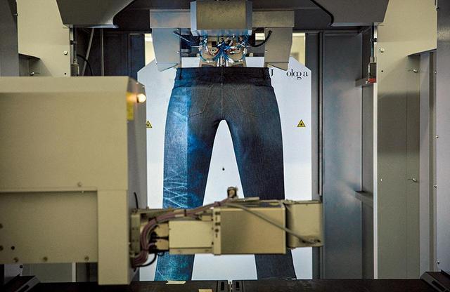 画像: デザインされたアタリやヒゲはレーザーにより1分以内で完成。ホコリなどを人が吸い込むこともない