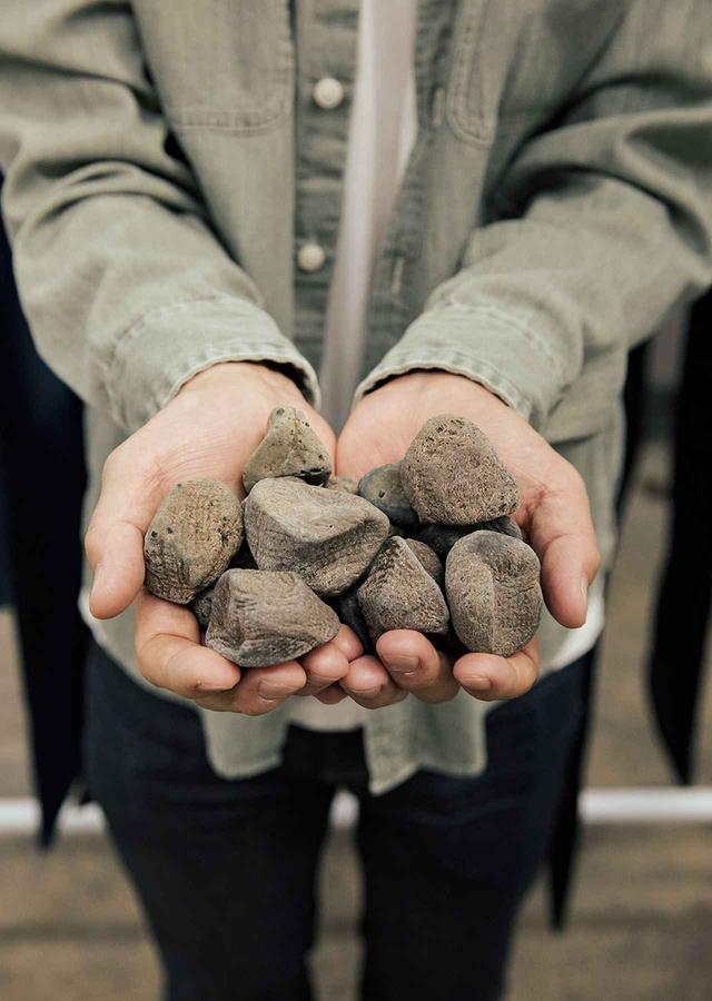 画像: ストーンウォッシュに用いるエコストーン。何千回もの使用に耐え、水質汚染を軽減