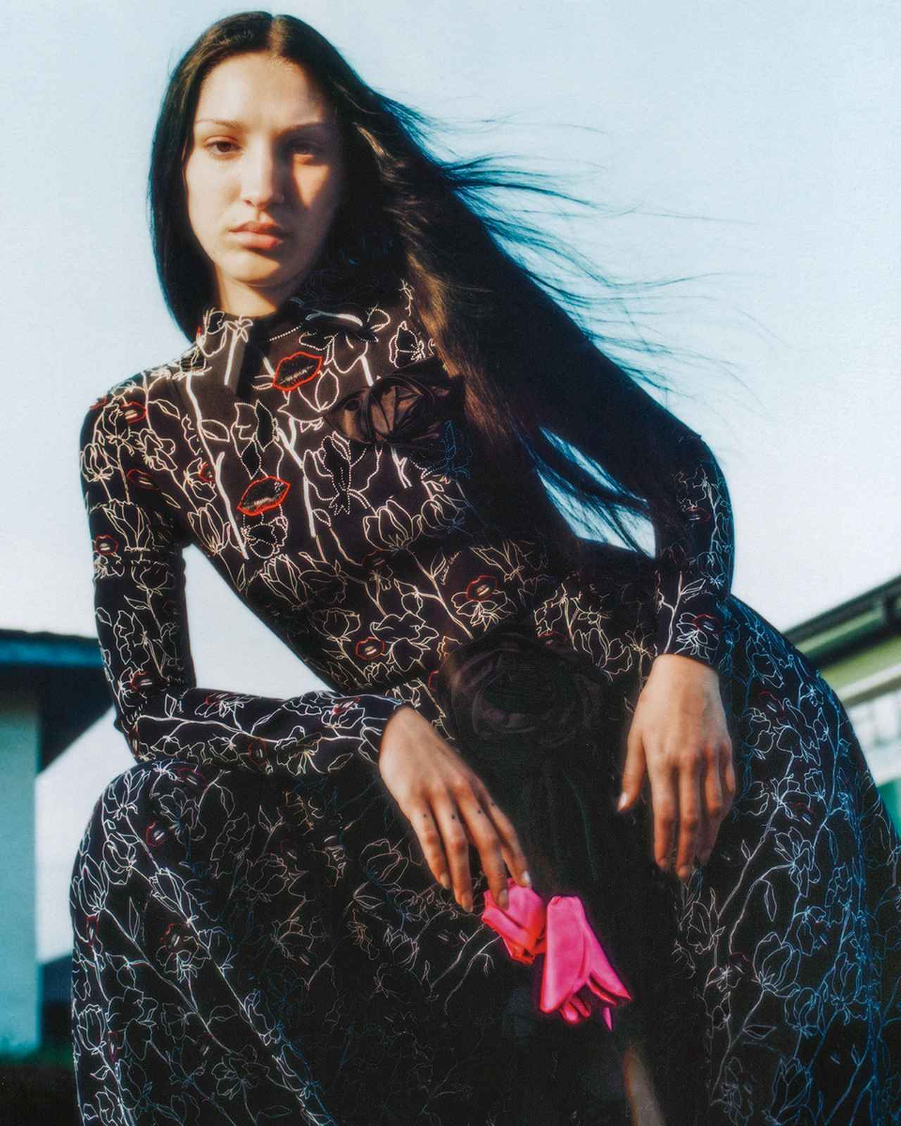 Images : 4番目の画像 - 「花柄とレザーで誘う 秋のダーク・ロマンス」のアルバム - T JAPAN:The New York Times Style Magazine 公式サイト