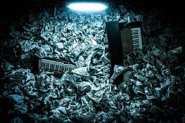 画像: 《FALLING, あいちトリエンナーレ 2013》 2013 舞台美術家のジャン・カルマンとの共同制作でサミュエル・ベケットの不条理劇から着想した作品。墓場のように夥しい量の古新聞に埋もれて放置されたピアノが姿を現すパフォーマンス/インスタレーションで、向井山は演奏ではなく、インスタレーションと音の制作を担当 COURTESY OF AICHI TRIENNALE 2013