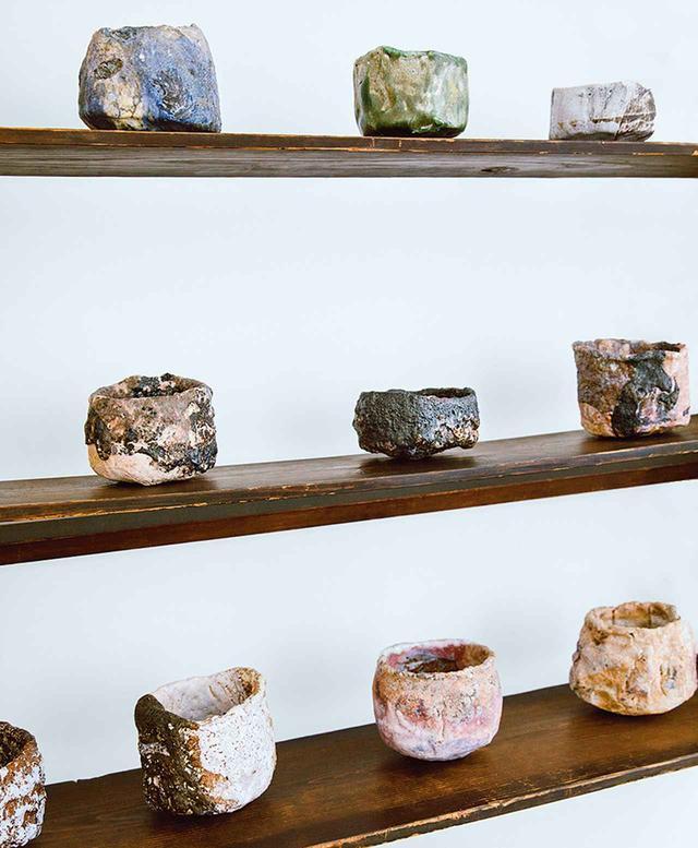 画像: 英国人アーティスト、 ユエン・ヘンダーソン作の茶器の数々。ジョナサン・アンダーソンのロンドンのタウンハウスで撮影