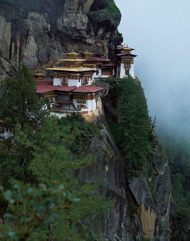 画像: ブータンに仏教をもたらした聖人が瞑想したといわれる標高約3,000メートルの場所に建てられたタクツァン僧院。タクはトラ、ツァンは隠れ家の意味