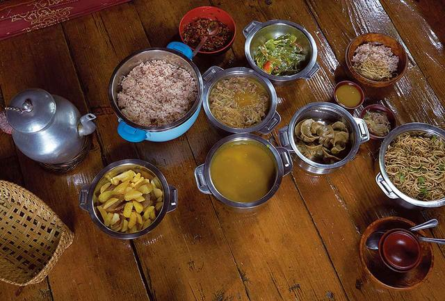 画像: シックスセンシズ ブータンでは多彩なアクティビティがあり、パロでのエクスカージョンでは近隣の農家でローカルフードのランチを楽しめる。トウガラシをチーズで煮込んだエマダツィほかブータンの家庭料理