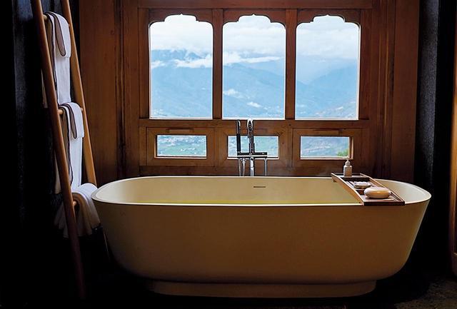 画像: 客室やレストランからの眺望は壮大で素晴らしい。パロ・ロッジの浴室からもこのとおり
