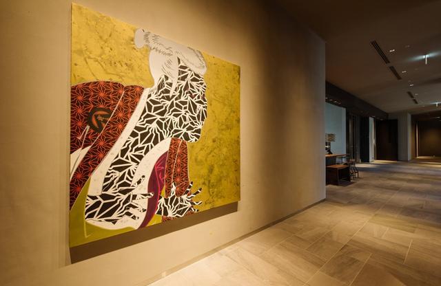 """画像: ロビー階のエレベータホールには壁一面を飾る""""歌舞伎役者""""の顔が。フロアごとに「舞う」「纏う」「歌う」という異なるコンセプトを設定"""